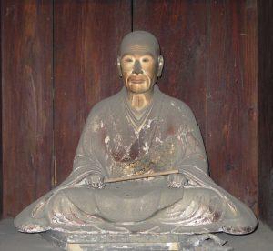 善鸞坐像。厚木市飯山・弘徳寺蔵。同寺蔵の信楽坐像と似た風貌